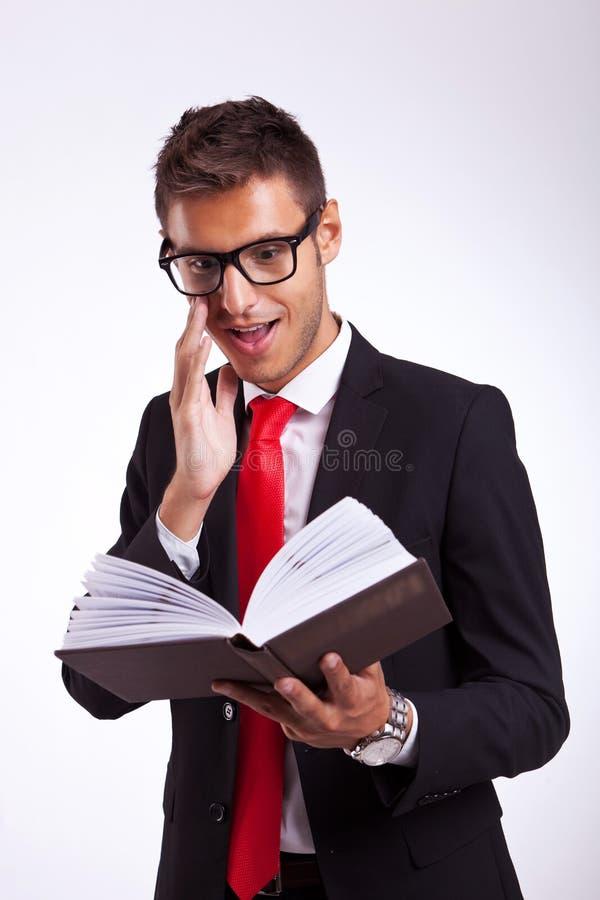 Affärsman som upphetsas av boken royaltyfri foto