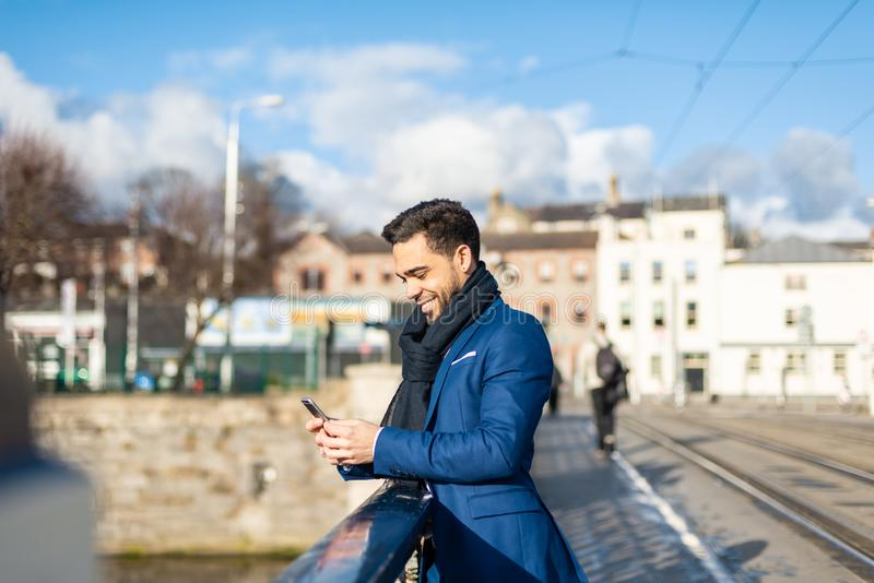 Affärsman som utomhus använder mobiltelefonen royaltyfria foton