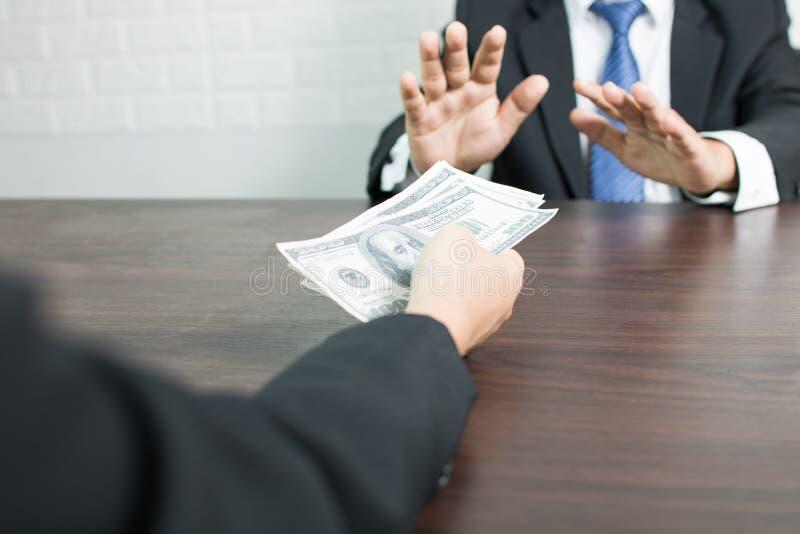 Affärsman som vägrar korruption, genom att blinka hand- och stopprecievi royaltyfria foton