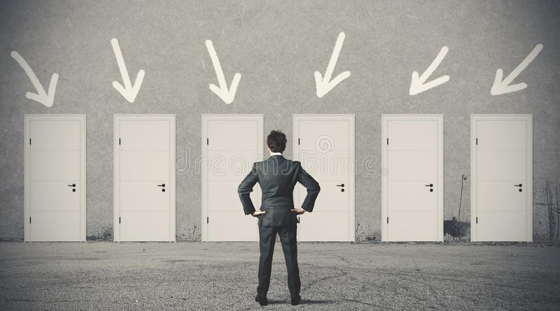 Affärsman som väljer den högra dörren arkivfoton