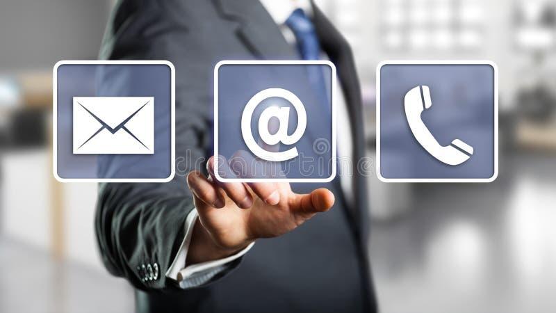 Affärsman som väljer emailen fotografering för bildbyråer