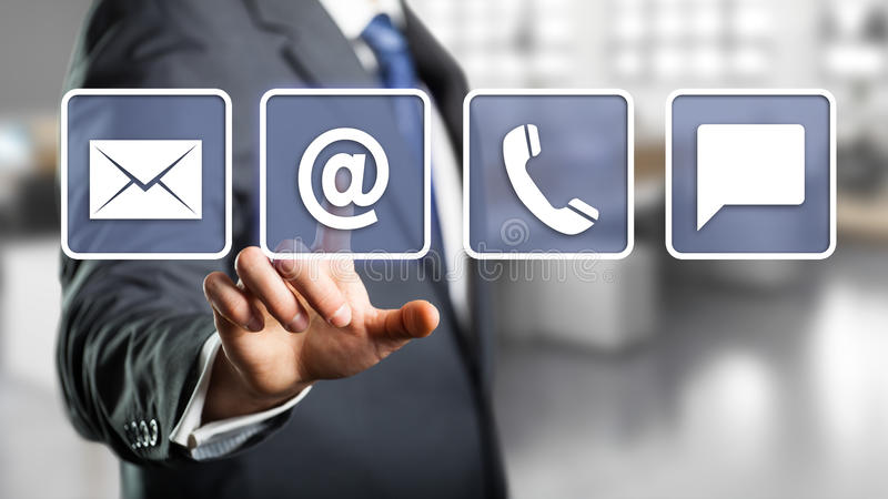 Affärsman som väljer emailen som ett kontaktalternativ arkivfoton