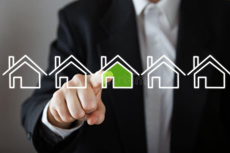 Affärsman som väljer huset, fastighetbegrepp Trycka på för hand hussymbolen kopiera avstånd fotografering för bildbyråer