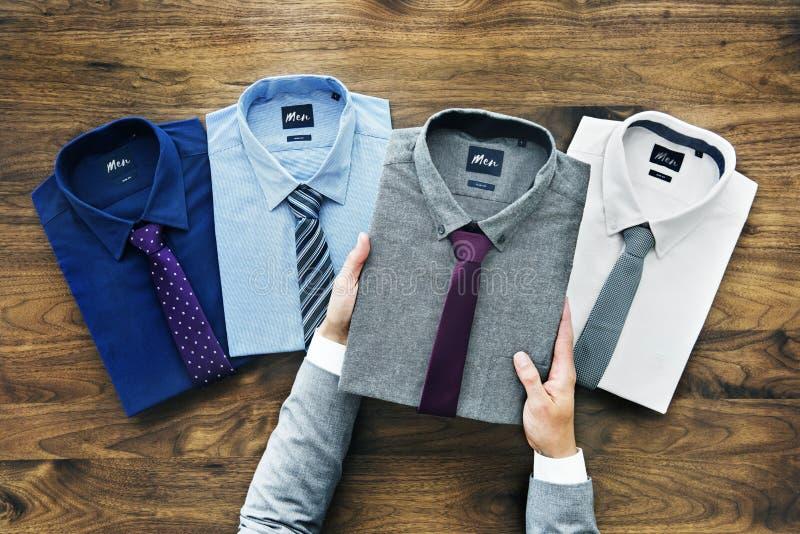 Affärsman som väljer skjortan för att bära royaltyfri bild