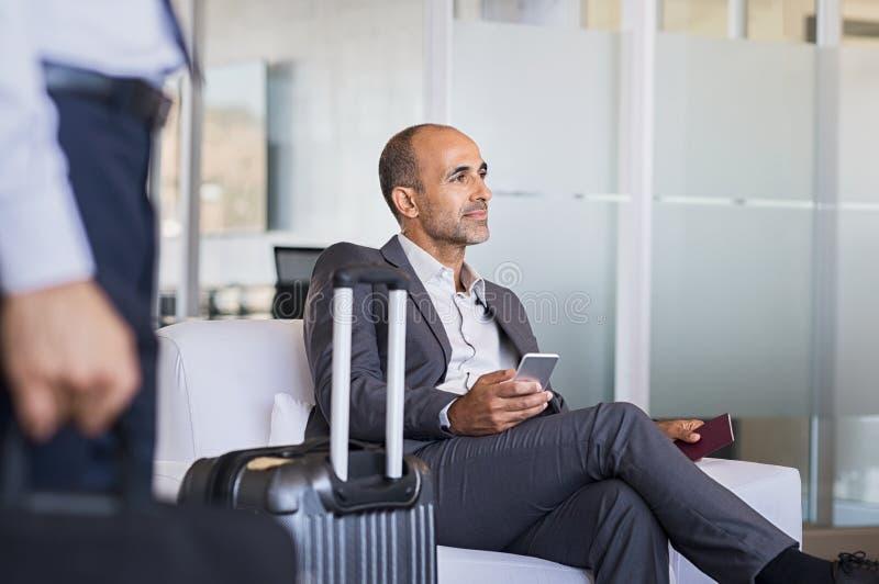Affärsman som väntar på flygplatsen royaltyfri bild