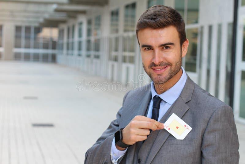 Affärsman som visar överdängaren av hjärtor royaltyfri bild