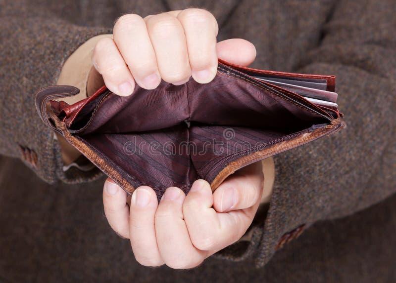 Affärsman som visar den tomma plånboken. Finans och ekonomi. arkivbild