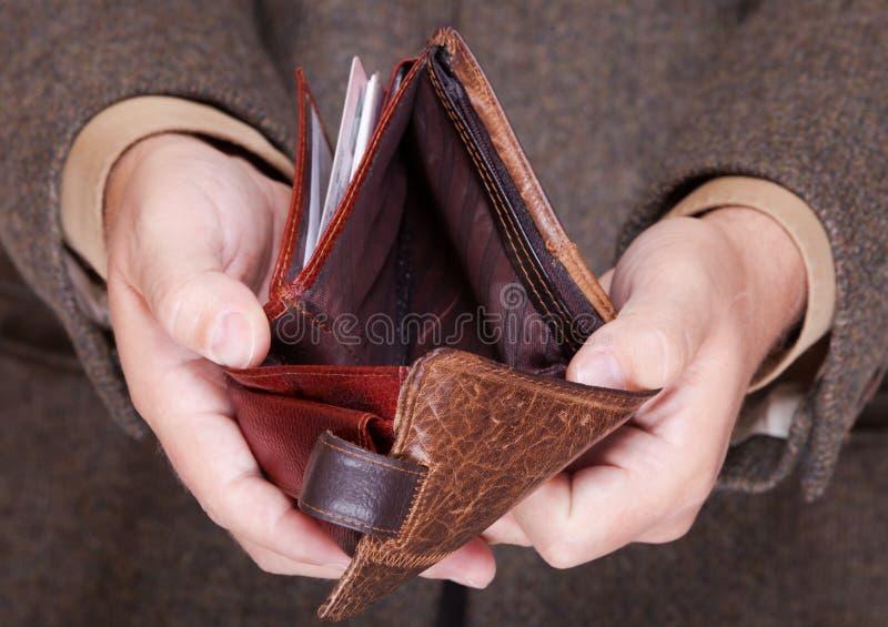 Affärsman som visar den tomma plånboken. Finans och ekonomi. royaltyfri bild