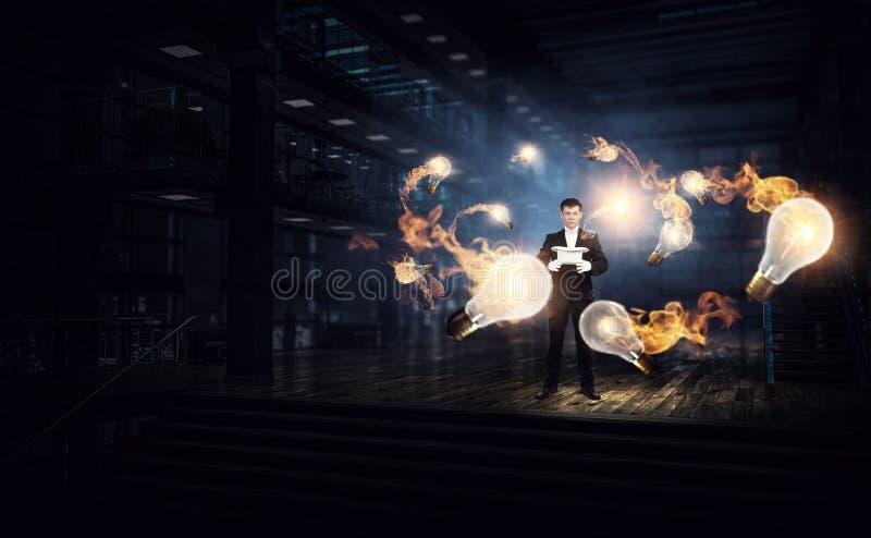 Affärsman som visar magi Blandat massmedia royaltyfri illustrationer