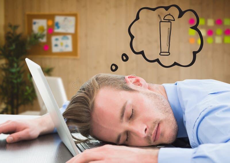 Affärsman sovande på bärbara datorn som drömmer av coctailen mot oskarpt kontor royaltyfria bilder