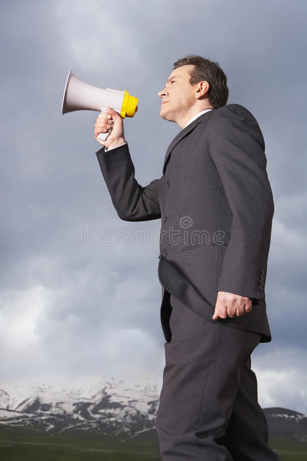 Affärsman Speaking Through Megaphone arkivbilder