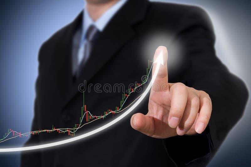 Affärsman Touching en graf som indikerar tillväxt royaltyfri bild