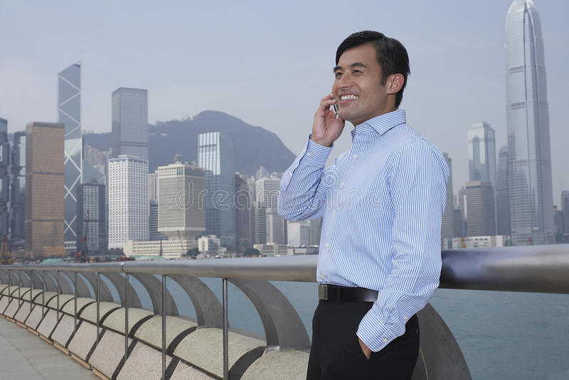 Affärsman Using Cell Phone på bron royaltyfri fotografi
