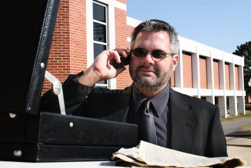 affärsman utanför telefonen arkivfoto