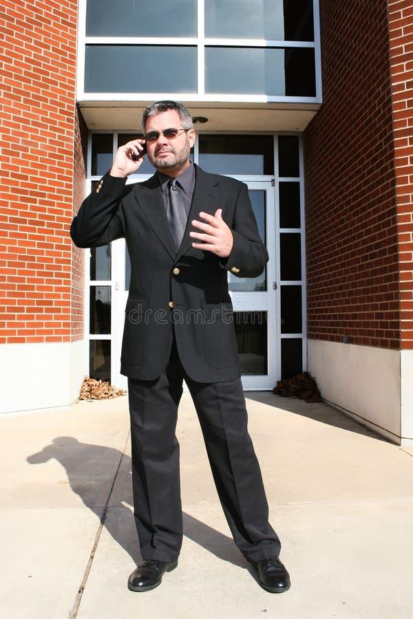 affärsman utanför telefonen arkivbild