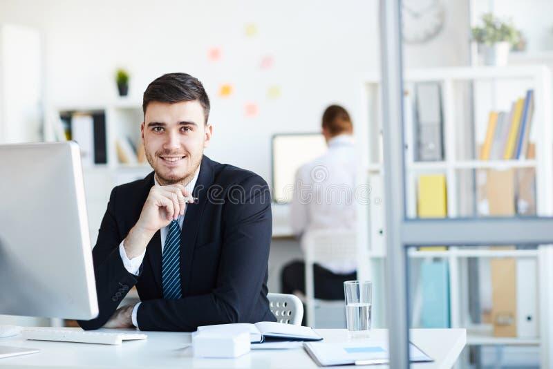 Affärsman vid datoren royaltyfri foto