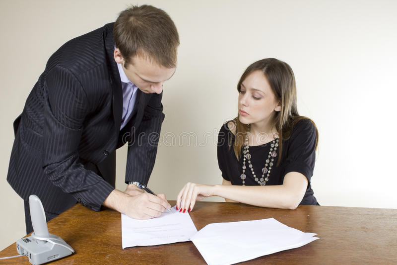 affärsmanaffärskvinnakontraktskrivning arkivfoto