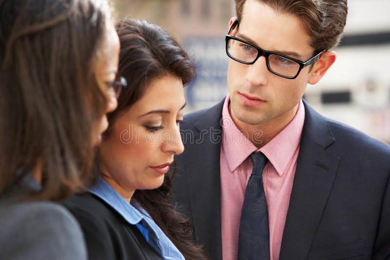 AffärsmanAnd Businesswomen Having diskussion i gata royaltyfria bilder