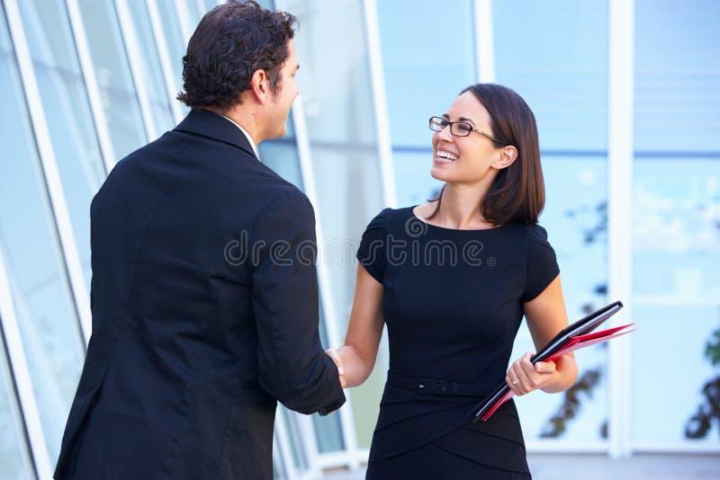 AffärsmanAnd Businesswomen Shaking händer arkivfoto