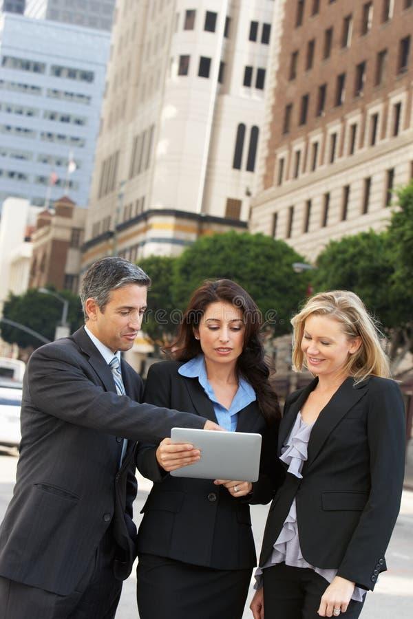 AffärsmanAnd Businesswomen Using Digital minnestavla utanför royaltyfri foto
