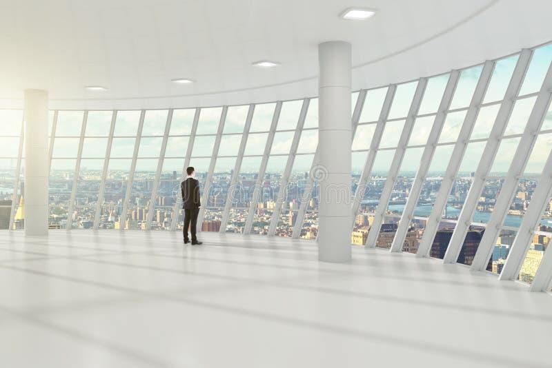 Affärsmananseende i den vita stora korridoren av affärscenen royaltyfri fotografi