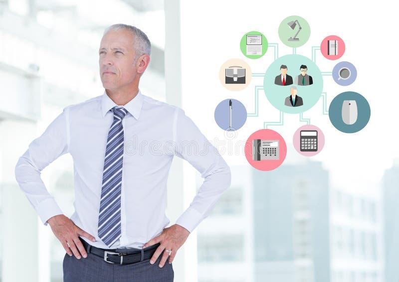 Affärsmananseende med händer på höfter bredvid applikationsymboler royaltyfri foto