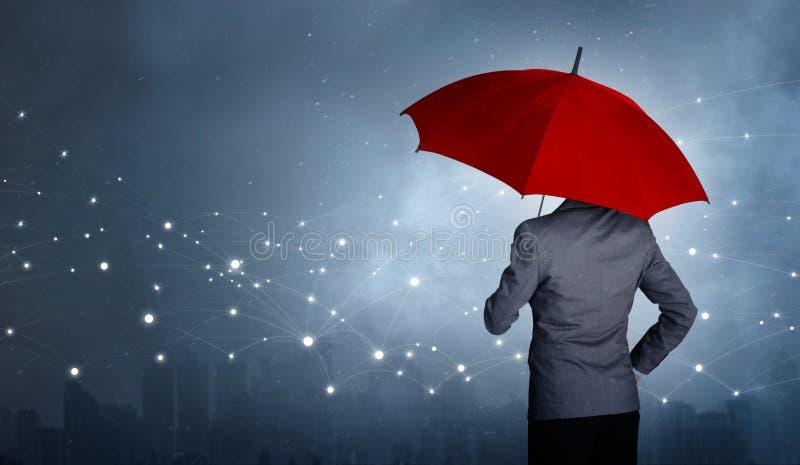 Affärsmananseende, medan hållande och rött paraply över nätverkandeanslutningen royaltyfri fotografi