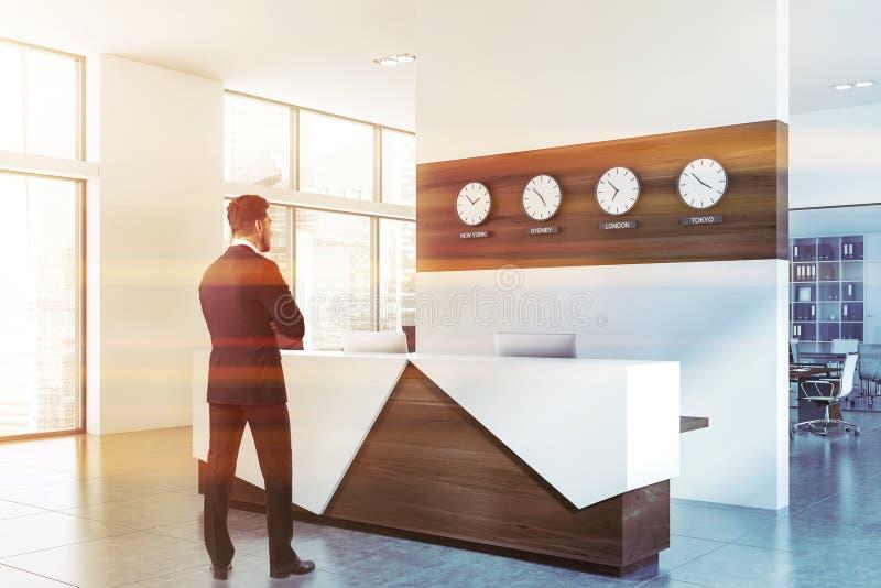 Affärsmananseende nära det vita kontorsmottagandet arkivbilder