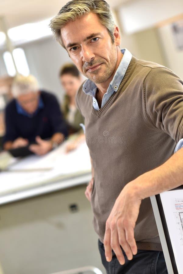 Affärsmananseende på kontoret arkivfoton
