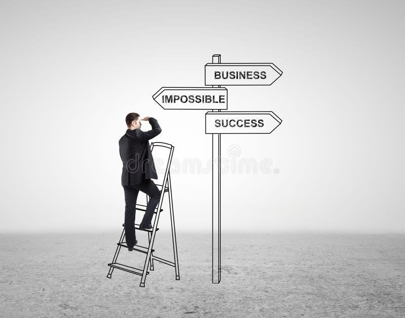 Affärsmananseende på stegen arkivbild