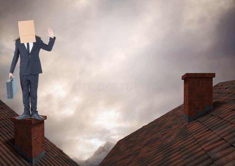 Affärsmananseende på tak med lampglaset och kartongen på hans huvud och dramatiska ljusa molniga s royaltyfria bilder
