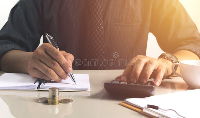 Affärsmanarbete och handstil på anteckningsboken för affär med fi royaltyfria foton