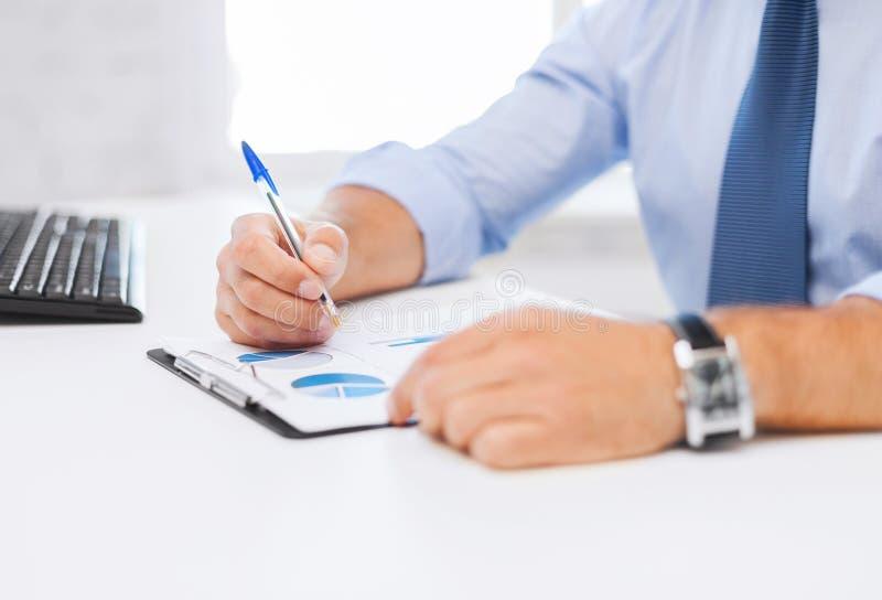 Affärsmanarbete och undertecknande legitimationshandlingar fotografering för bildbyråer