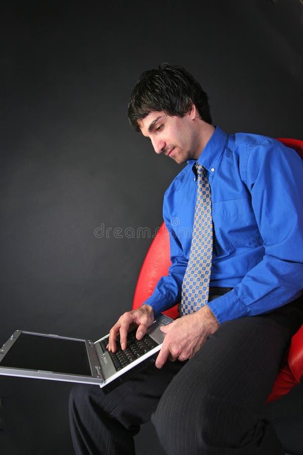 affärsmanbärbar dator royaltyfri bild