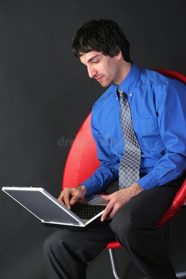 affärsmanbärbar dator royaltyfri foto