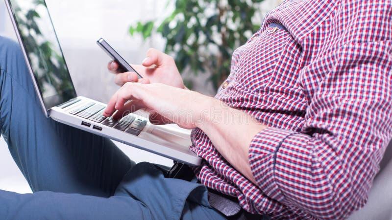affärsmanbärbar dator Modern manlig person i arbete Vuxet succesfolk royaltyfri fotografi