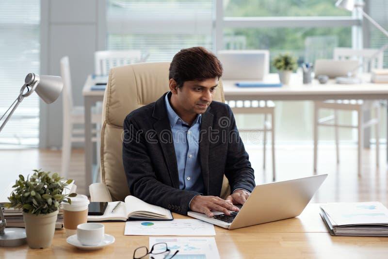affärsmanbärbar datorworking royaltyfri foto