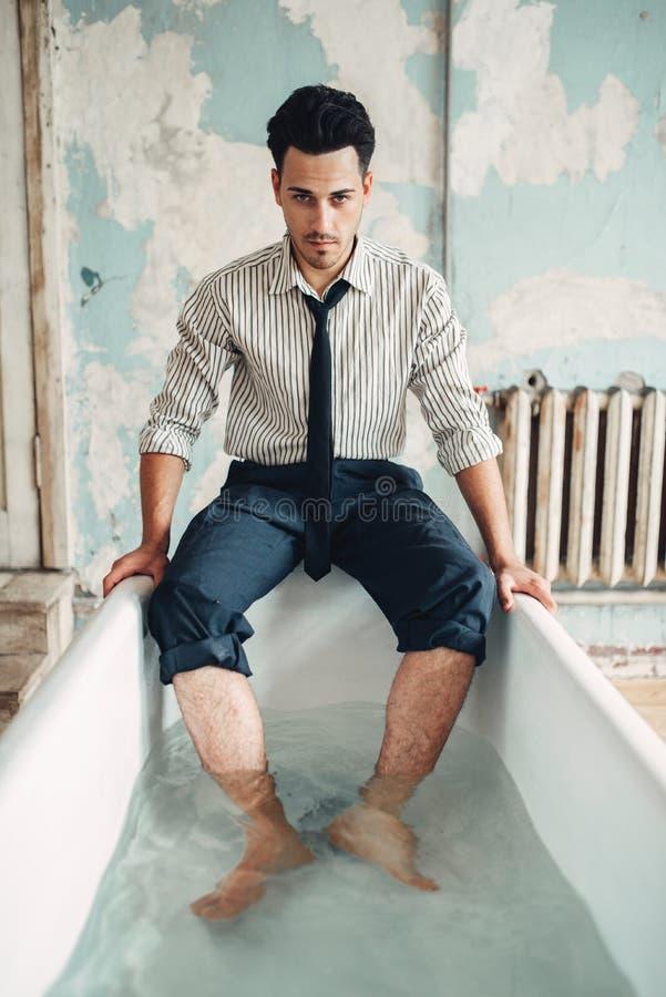 Affärsmanbankrutt i badkar, självmordman royaltyfri fotografi