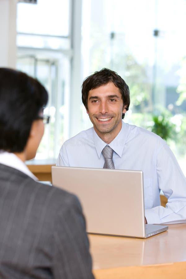 affärsmanbeställare som talar till royaltyfri bild