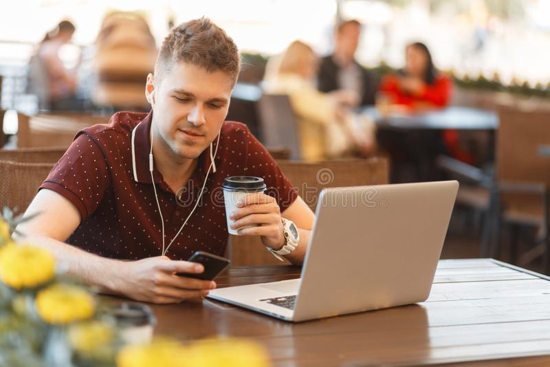 Affärsmanblogger som arbetar på bärbara datorn i sommarkafé arkivbild