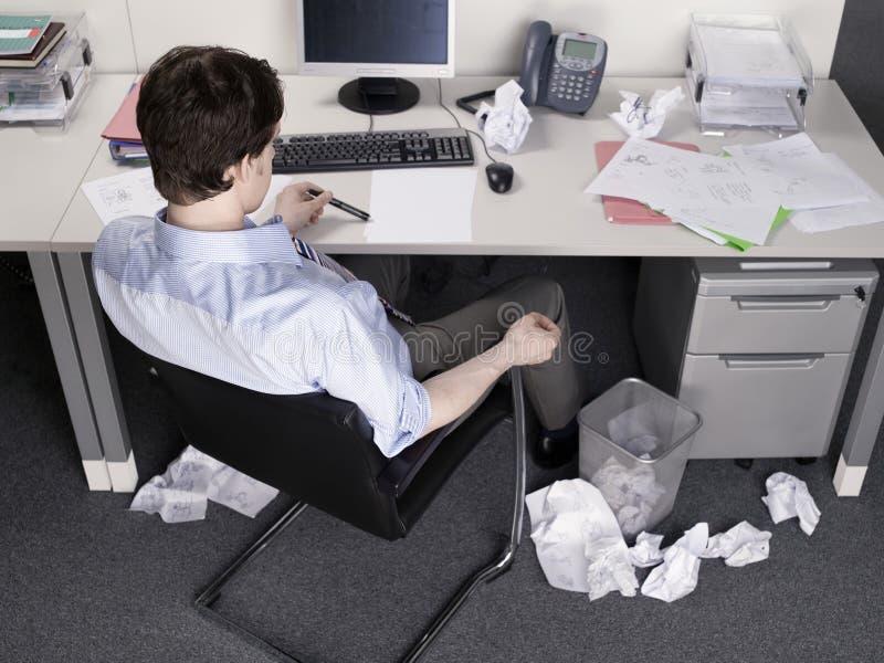 AffärsmanBrainstorming At Office skrivbord royaltyfria foton