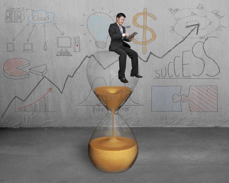 Affärsmanbruksminnestavlan och sitter på timmeexponeringsglas stock illustrationer