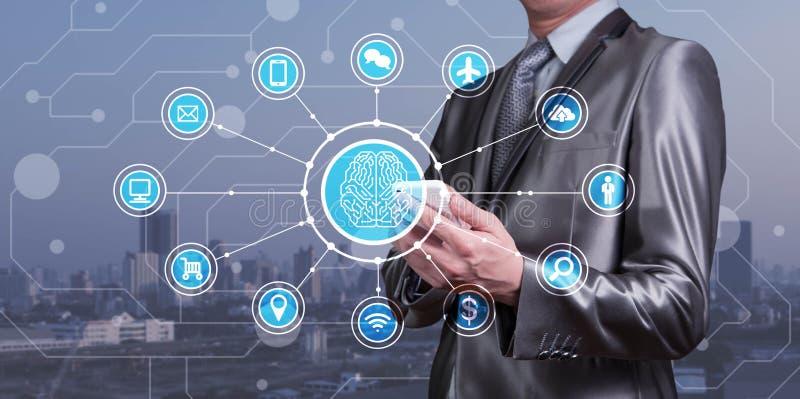 Affärsmanbrukssmartphone med AI-symboler samman med technolog royaltyfri foto