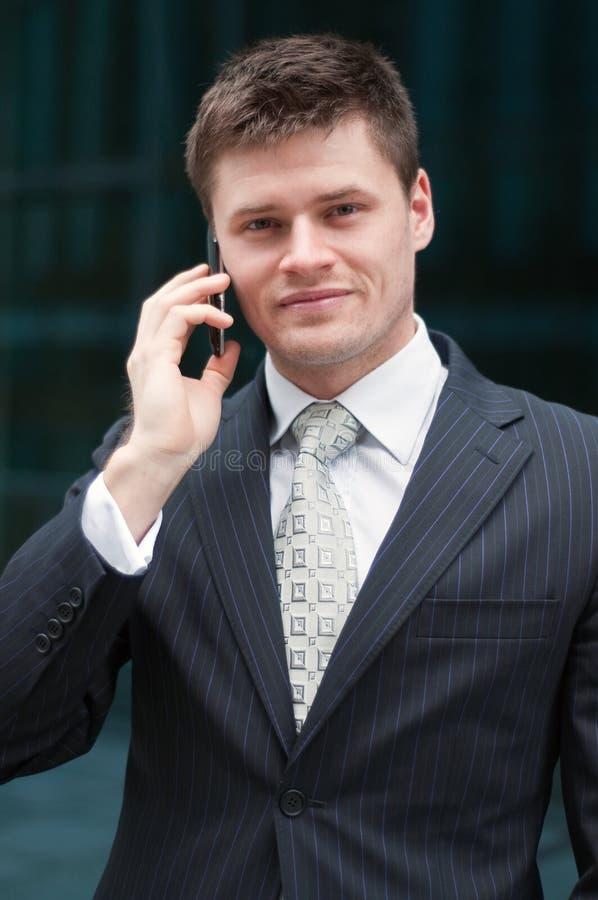 affärsmancelltelefon royaltyfria bilder