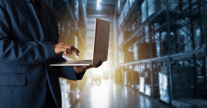 Affärsmanchef som använder online-gods för bärbar datorkontrollbeställningar royaltyfri foto