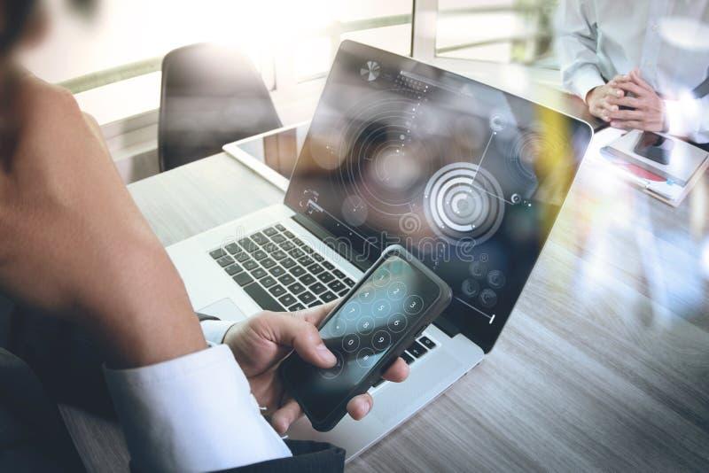 Affärsmandanandepresentation genom att använda den smarta telefonen med hans colle royaltyfri fotografi