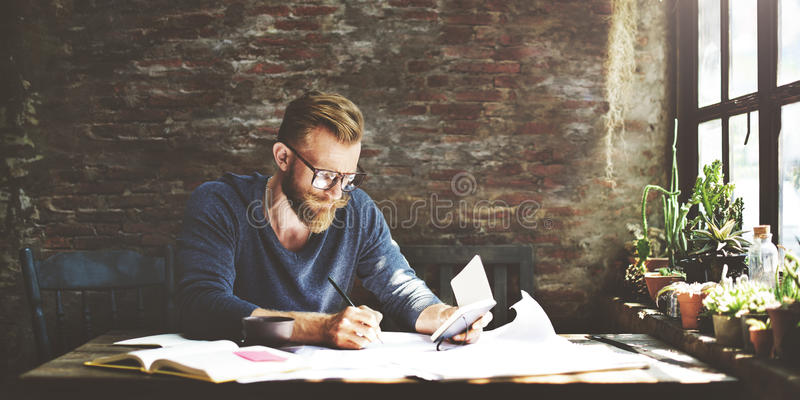 AffärsmanDetermine Ideas Writing funktionsdugligt begrepp royaltyfri bild