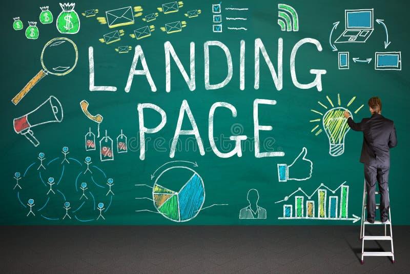 AffärsmanDrawing Landing Page begrepp på svart tavla royaltyfri bild