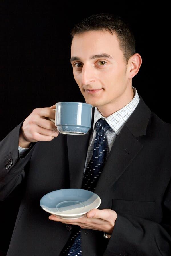 affärsmandrink som förbereder tea till royaltyfri bild