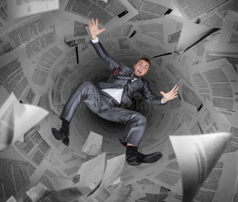 Affärsmandrunkning i hög av legitimationshandlingar och rapporter fotografering för bildbyråer